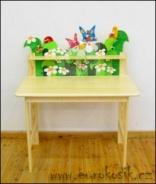 Detský stôl s poličkou a dekoráciami